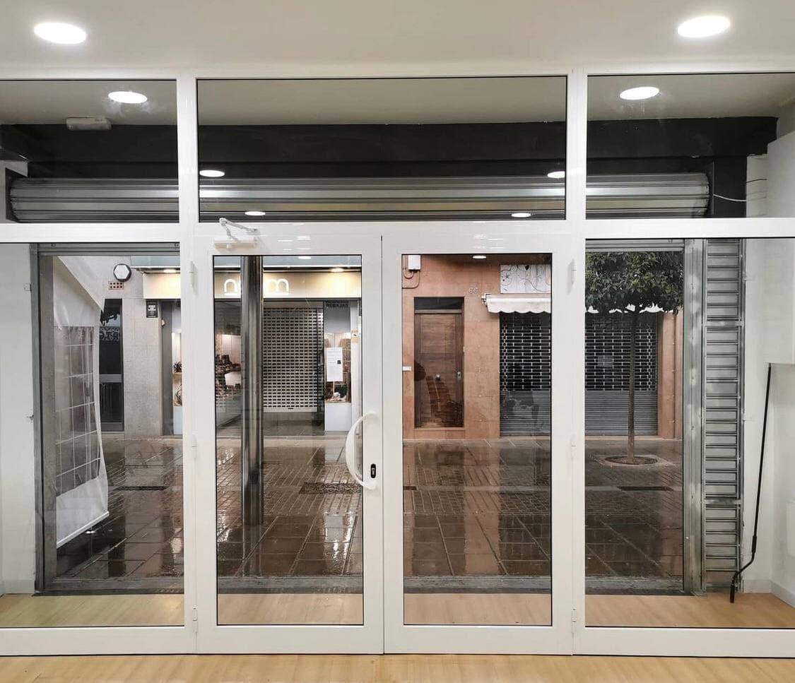 Puerta de aluminio vista desde el interior del local