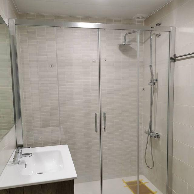 Sustitución de bañera por plato de resina Gel Coat, modificación de instalación de agua, alicatado y colocación de frontal de ducha en cromo y vidrios incoloros, techo de aluminio y sanitarios varios...